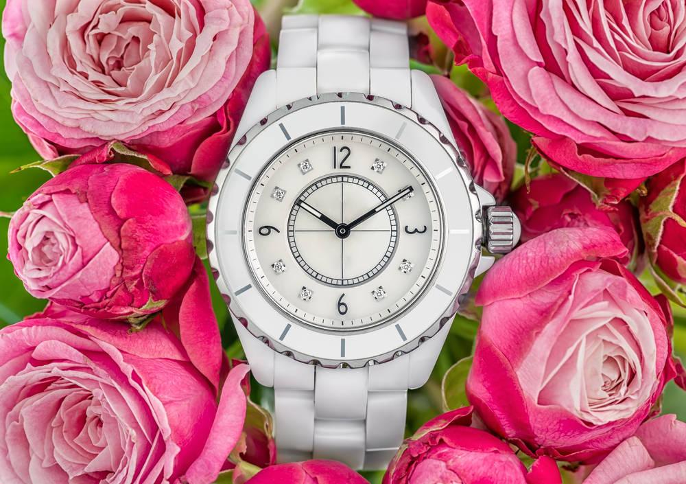 Un reloj de plata para un evento especial